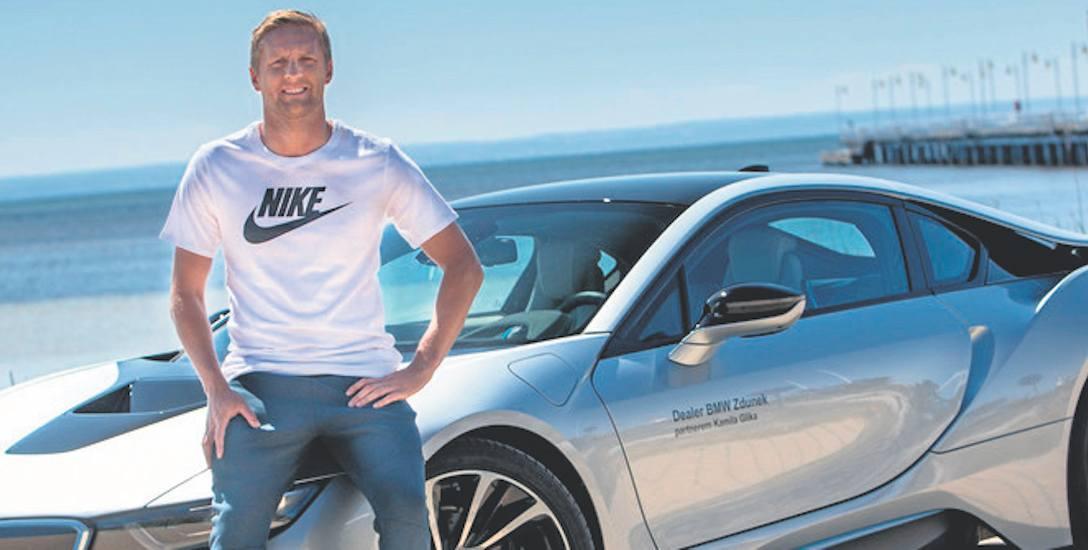 Kamil Glik był widywany w bmw. Został nawet twarzą jednego z dilerów tej marki. Na zdjęciu z hybrydowym modelem bmw i8