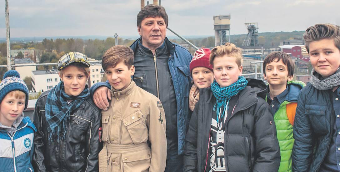"""Dyrektor Talarczyk z młodzieżą występującą w śląskim spektaklu """"Wujek 81. Czarna ballada"""""""