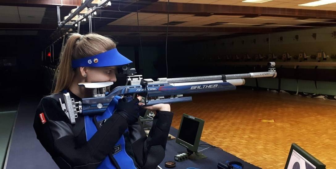 Karolina Pawlak ciężko trenuje, aby utrzymać się w kadrze narodowej i wyjechać na igrzyska olimpijskie. Jednak wydatki na potrzebny sprzęt są poza zasięgiem