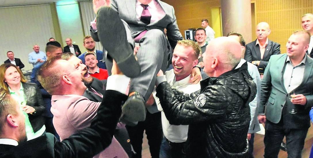 Radość w sztabie wyborczym z kolejnej wygranej prezydenta Janusza Kubickiego