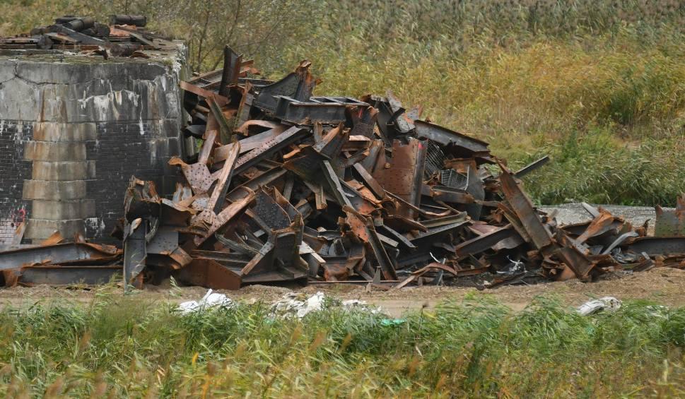 Film do artykułu: Most kolejowy nad Odrą w Kostrzynie znika w oczach. Jego fragment trafił do muzeum!