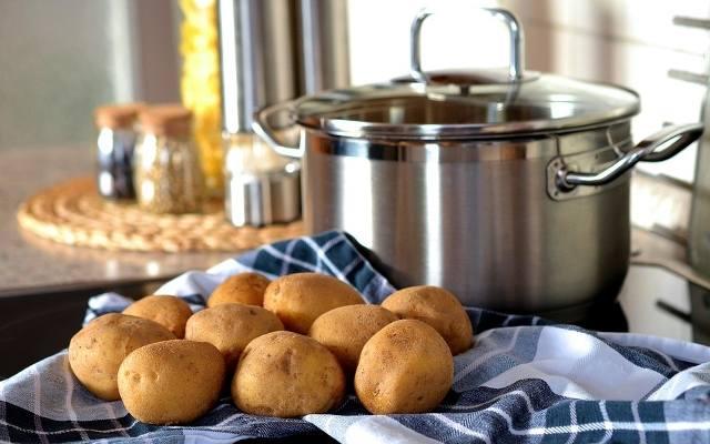 Woda po gotowaniu ziemniaków przyda nam się np. do podlewania kwiatów lub polerowania sztućców.