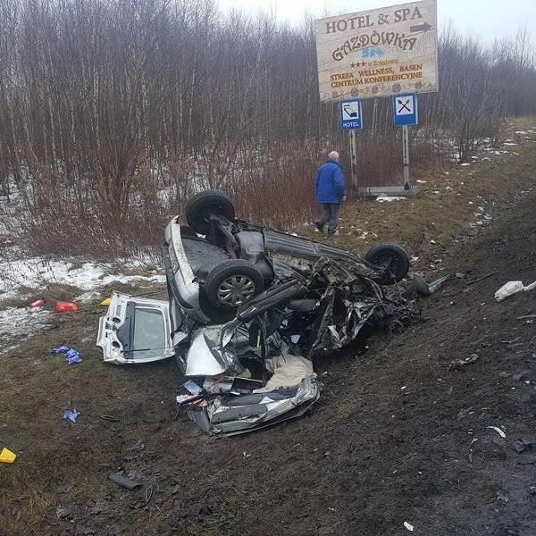 Groźny wypadek w Osielsku. Dwa auta zderzyły się czołowo [ZDJĘCIA]