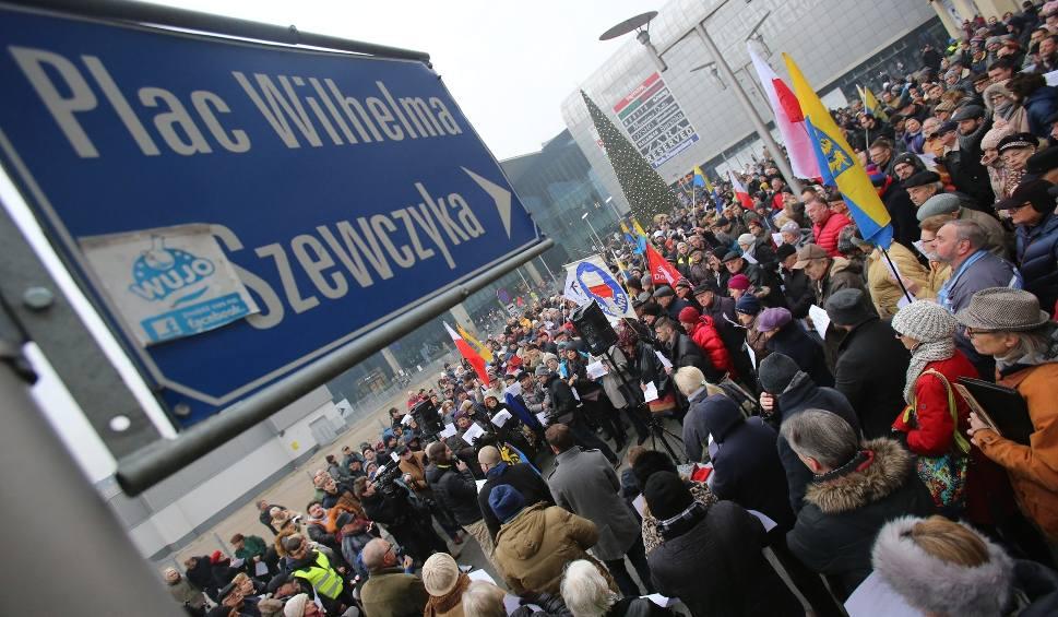 """Film do artykułu: Protest na placu Szewczyka w Katowicach. Tłumy przeciw """"nikczemnej decyzji"""" ZDJĘCIA + WIDEO"""