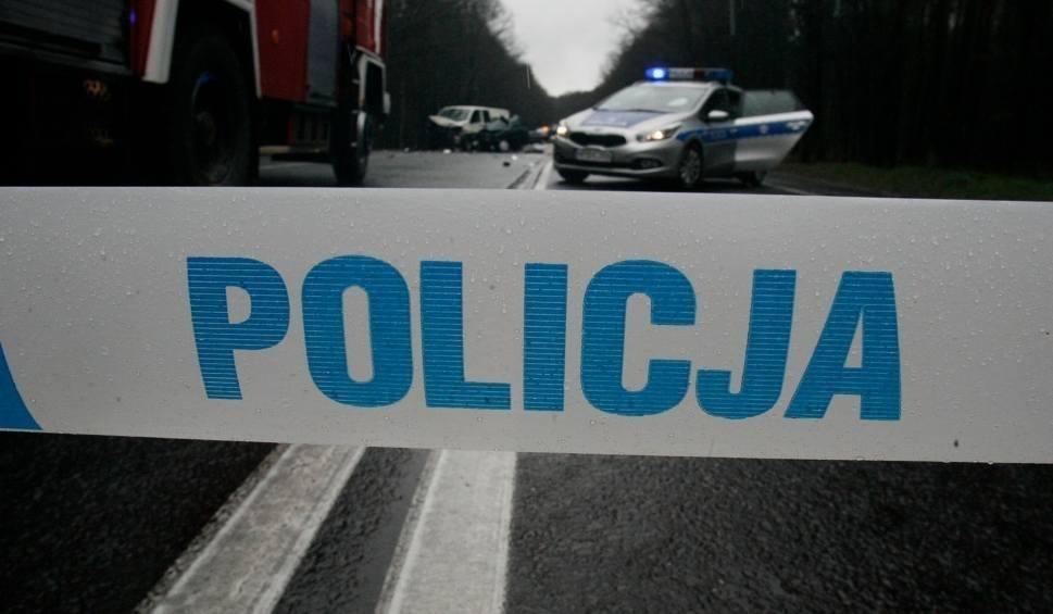Film do artykułu: Zderzyły się dwa samochody i ciągnik. Kobieta w szpitalu