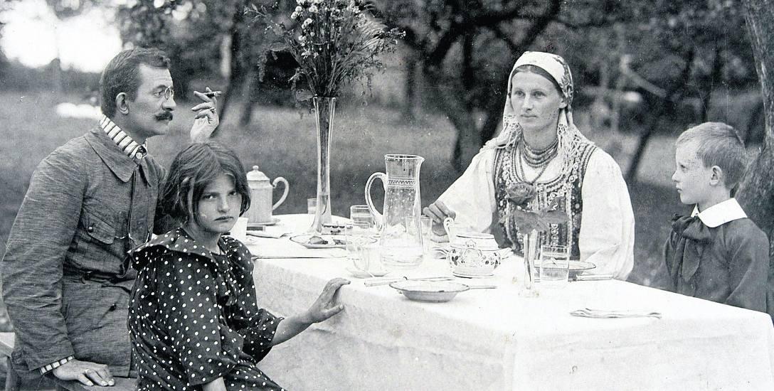 Lucjan Rydel z żoną i dziećmi. Fotografia wykonana w 1910 roku, blisko dziesięć lat po słynnym ślubie i weselu