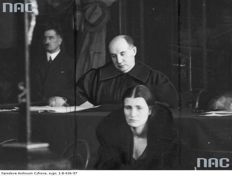 Oskarżona Rita Gorgonowa podczas procesu. Za oskarżoną widoczny jej obrońca Maurycy Axer [1]