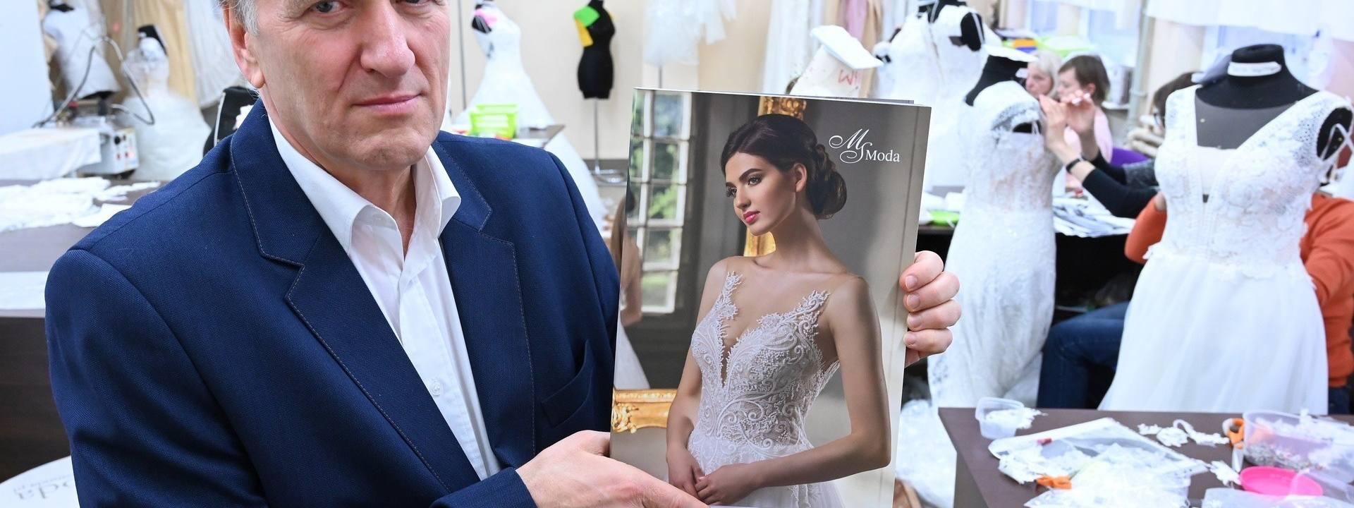 Bogdan Kusek, właściciel MS Moda z Kielc przedstawia najnowszy katalog firmy, którego twarzą jest Miss Polski 2019, Magdalena Kasiborska