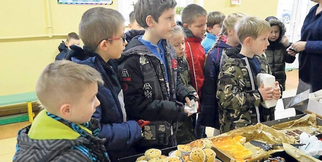 Podczas ostatniej akcji zbiórki pieniędzy na rzecz rodziny w potrzebie, uczniowie z Jeżyczek wykazali się niezwykłą empatią, zakupując ciasta w trakcie