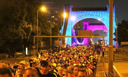 W Nocnym Wrocław Półmaratonie bierze udział tysiące biegaczy