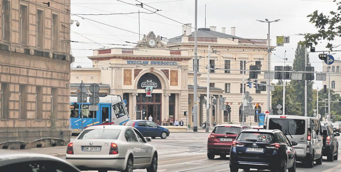Dworzec Świebodzki ułatwiał kiedyś dojazd do pracy i szkół mieszkańcom podwrocławskich miejscowości. Dzisiaj jego budynki i tereny położone obok, są