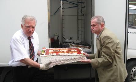 Wincenty Wolak i Jan Marcienkiewicz rorozpoczynają składanie tortu w całość