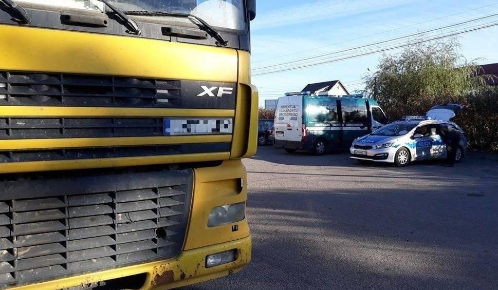 Film do artykułu: W Sycynie na drodze numer 79 inspektorzy transportu drogowego zatrzymali nietrzeźwego kierowcę ciężarówki. Wyjechał z firmy w Ciepielowie