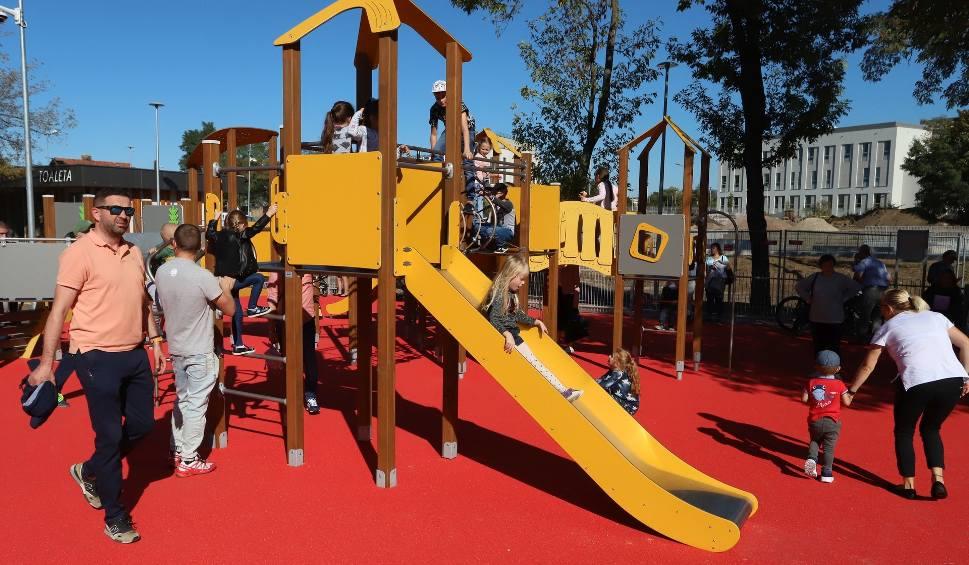 Film do artykułu: Dzień bez Samochodu w Radomiu. Tłumy gości na festynie w przebudowanym parku na Obozisku. Zabawy, pokazy i masa atrakcji