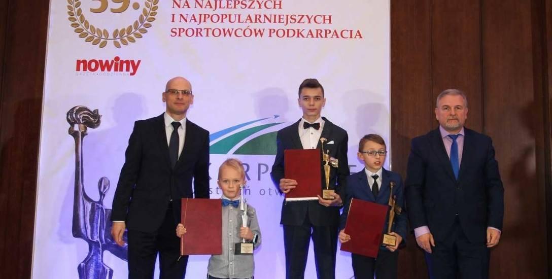 Podium w kategorii junior roku. Mateusz Bieniek w środku, Jakub Sokołowski, drugi z lewej, Hubert Goraj, drugi z prawej.