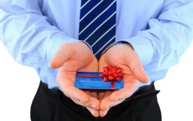 Karta podarunkowa Prawie każdy sklep oferuje już karty podarunkowe. Ceny zaczynają się od 20 zł. Płacisz, odbierasz kartę i kładziesz pod choinką. A