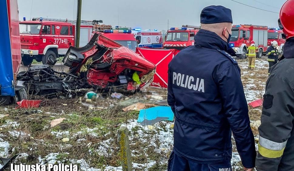 Film do artykułu: Wypadek śmiertelny na przejeździe kolejowym w Chociszewie. Tir zderzył się z szynobusem. Nie żyje kierowca tira