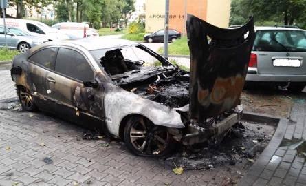 W nocy z 17 na 18 sierpnia około godziny 1 w Koszalinie wybuchło i spłonęło auto. Przyczyna spłonięcia samochodu na razie jest nieznana. Uszkodzony został