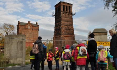 Zabytkowe wieże na terenie dawnej fabryki Roberta Biedermanna: kurzowa i wodna (w tle)