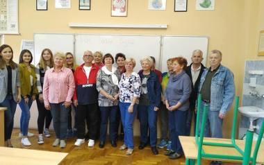 W Liceum Ogólnokształcącym w Małogoszczu ruszyła II edycja darmowej nauki języka dla seniorów. Licealistki - nauczycielkami.