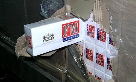 Łącznie w tirze ukrytych było prawie 10 milionów sztuk papierosów.
