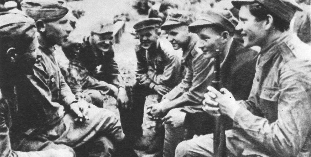 Żołnierze polscy i sowieccy. Białystok, sierpień 1944 r.