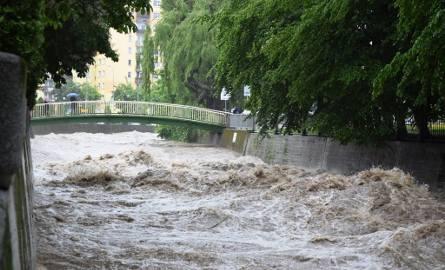 Pogotowie przeciwpowodziowe ogłosił wojewoda śląski. W Bielsku-Białej i Beskidach sytuacja jest dramatyczna