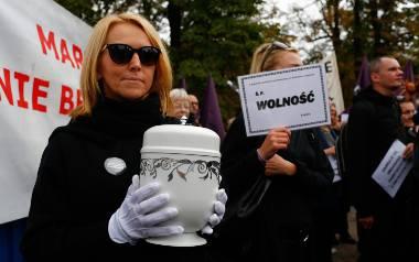 W sobotę przed Sejmem odbył się Czarny Protest, na poniedziałek zaplanowano ogólnopolski strajk kobiet