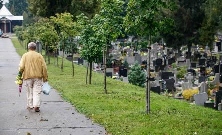 Na cmentarzu parafialnym przy ul. Rynkowskiej w Bydgoszczy spoczywa około 30 tys. osób. Wolnych miejsc brak. Ostatnio pojawiło się jednak ogłoszenie