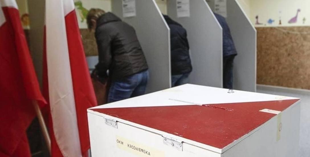 Pokreślone karty do głosowania? Posłowie PiS nie przerywają prac nad zmianą sposobu głosowania