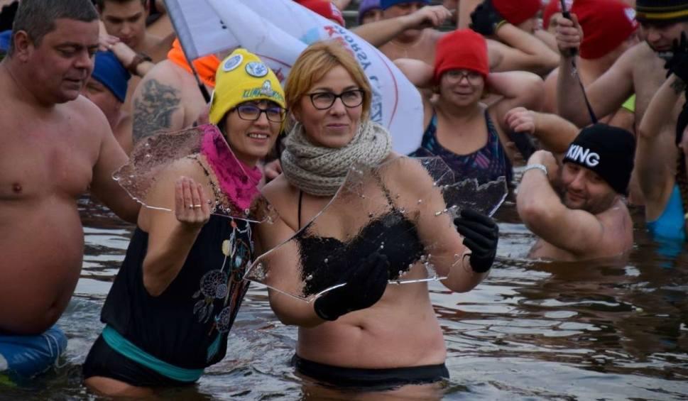 Film do artykułu: Pobili rekord w morsowaniu dla Dawida Górzyńskiego. W Gnieźnie do wody weszło 336 osób [ZDJĘCIA]