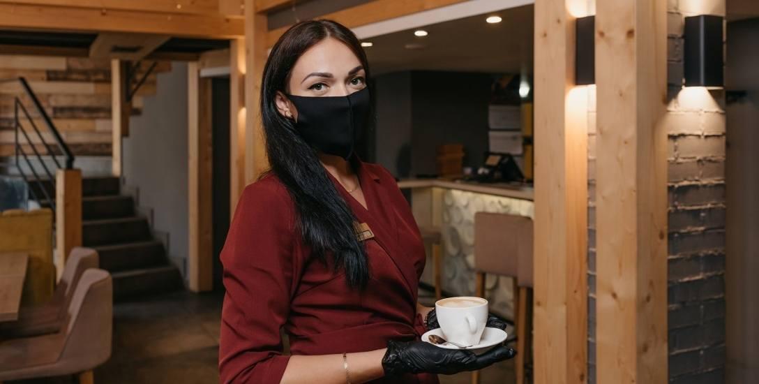 """Kelnerka powinna być: miła, uśmiechnięta, gotowa do pracy po kilkanaście godzin na dobę, najlepiej na czarno i za głodową stawkę. Ewentualnie na """"śmieciowej"""""""