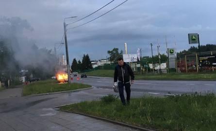 Pożar samochodu na ulicy Elewatorskiej w Białymstoku. Suzuki vitara doszczętnie spłonęło