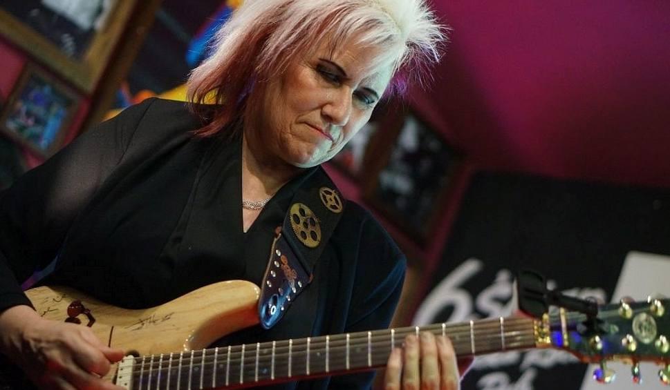 Film do artykułu: Pub 6-ścian. Jennifer Batten dała popis gry na gitarze (zdjęcia, wideo)