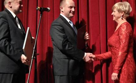 Elzbieta Orłowska, kierownik administracyjny CK Teatr w Grudziądzu odbiera nagrodę z rąk Piotra Całbeckiego, marszałka województwa kujawsko-pomorski