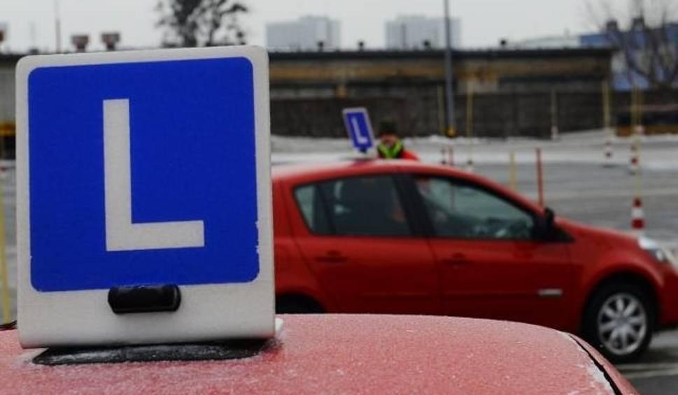 Film do artykułu: PRAWO JAZDY. Problem z egzaminami. Nowoczesne auta zbyt pomagają kursantom? Czy egzaminy na prawo jazdy zostaną wstrzymane? [25.03.2019]