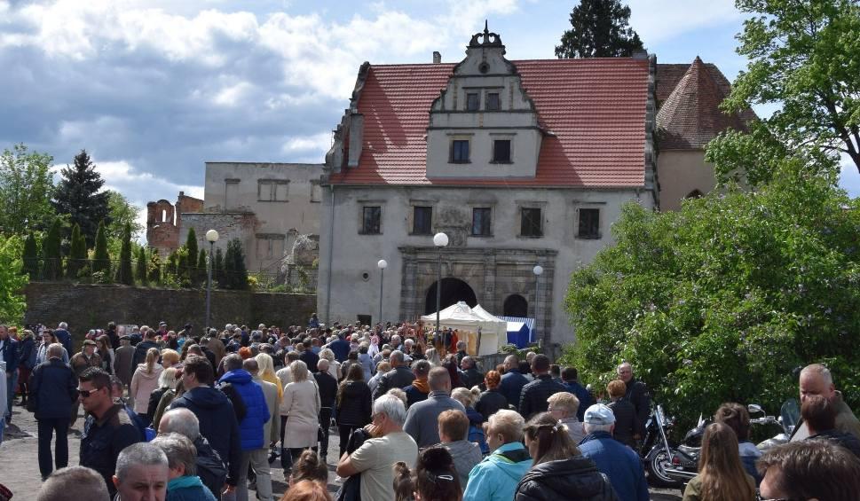 Film do artykułu: LUBUSKIE. Święto Bzów 2019. Tłumy gości przyszły do zamku Karolat w Siedlisku. To jedna z niewielu okazji, aby zobaczyć ten zabytek