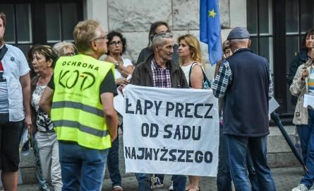 W środę, 18 lipca, w Bydgoszczy odbył się kolejny protest w obronie wolnych sądów. Przed siedzibą Sądu Okręgowego zebrało się około stu osób, które protestowały