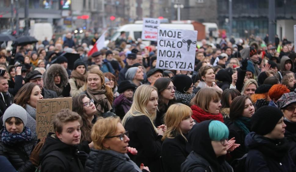 Film do artykułu: Czarny Piątek w Katowicach: kobiety protestują przeciwko zaostrzeniu prawa do aborcji WIDEO+ZDJĘCIA