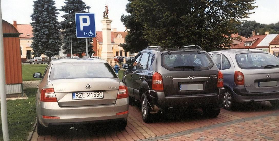 Skodę UMiG w Głogowie Małopolskim zaparkowano w miejscu dla niepełnosprawnych 9 listopada