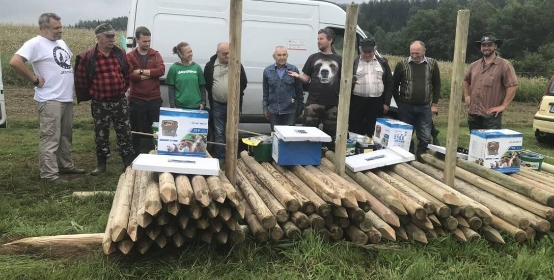 Specjalne ogrodzenia mają chronić pasieki w Bieszczadach przed atakami niedźwiedzi. Przekazała je Fundacja Dziedzictwo Przyrodnicze