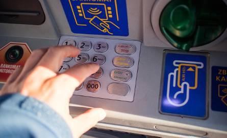 Kradzież na BLIK-a. Stoją pod bankomatem i czają się na kody [20.04.2019]
