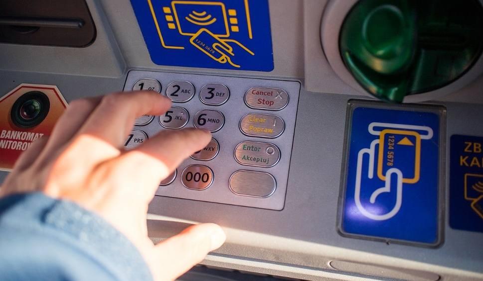 Film do artykułu: Kradzież na BLIK-a. Stoją pod bankomatem i czają się na kody [22 kwietnia 2019]