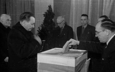 Głos w wyborach w 1947 roku oddaje Bolesław Bierut (z lewej)
