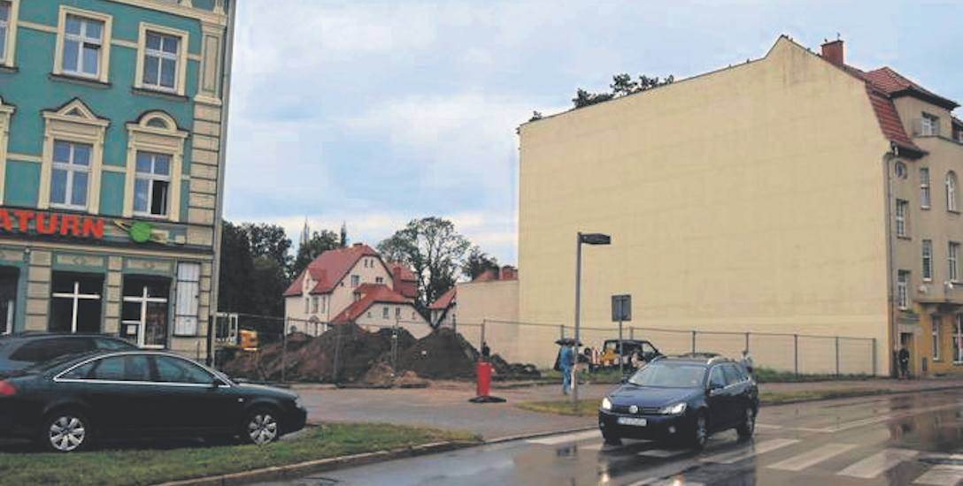 Ulica Bohaterów Warszawy, tu powstaje nowa kamienica, jej budowa nie spodobała się sąsiadom