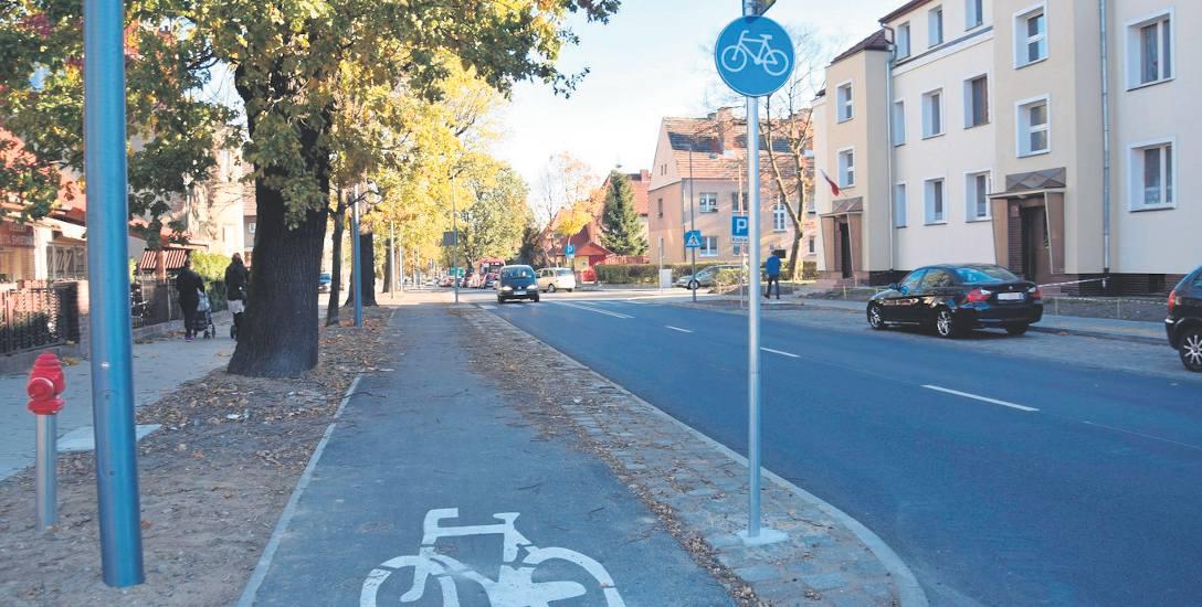 W niektórych miejscach obok ścieżki rowerowej rosną drzewa. Liście spadają na nią. Rowerzyści proszą o jej częstsze porządkowanie