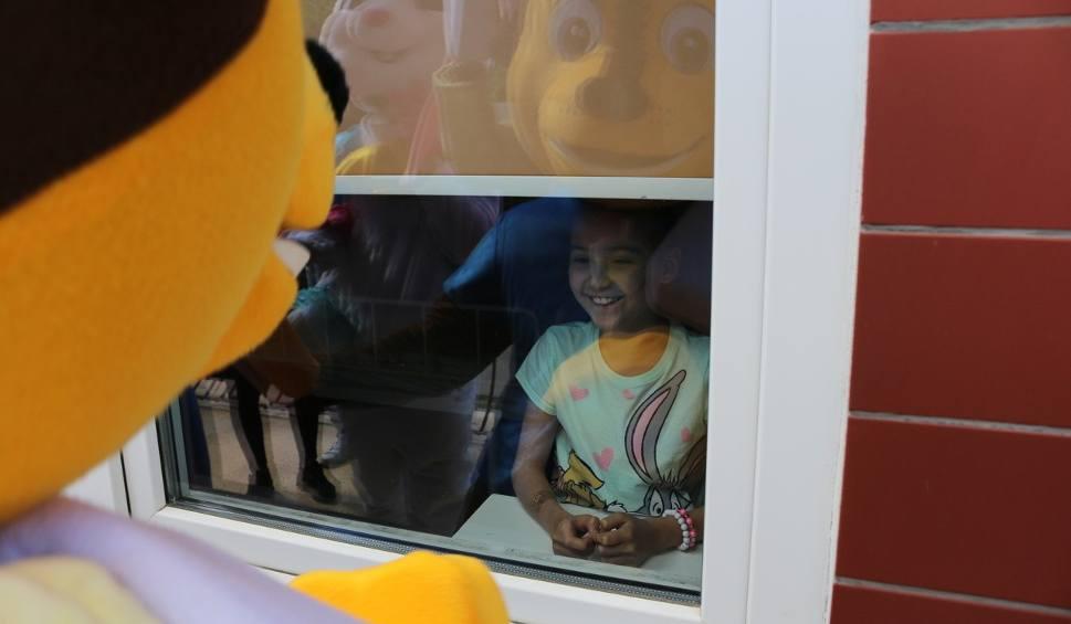 Film do artykułu: Jest im ciężko, ale tego dnia mieli mnóstwo powodów do uśmiechu. Dzieci z oddziału onkologii UDSK świętowały dzień dziecka [ZDJĘCIA, WIDEO]