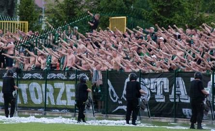 Fani Stalówki zamiast koszulek w barwach swego klubu postanowili zaimponować zahartowanymi ciałami.