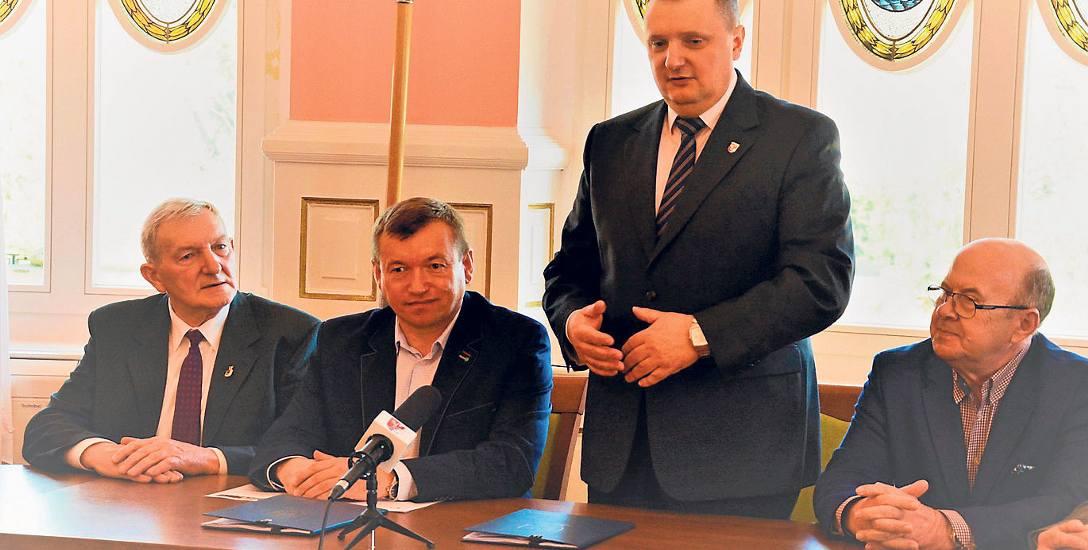 10 kwietnia wicemarszałek Jarosław Rzepa (drugi z lewej) był z wizytą w Starostwie Powiatowym w Drawsku