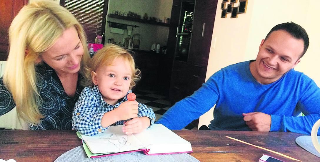 Kiedy ojciec pierwszy raz zobaczył Helenkę - na zdjęciu z rodzicami - wiedział, że córka ma charakter, będzie walczyć o życie